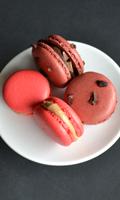 Macarons au chocolat et éclats de chocolat et macarons au pralin