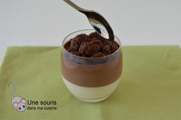 Verrines de crème de noix coco et de mousse au chocolat avec un crumble